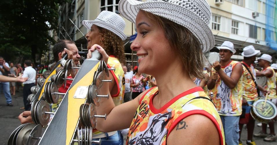 """15.fev.2014 - Bateria do bloco celebra o casamento de Aline e Bruno no bloco """"Imprensa Que Eu Gamo"""""""
