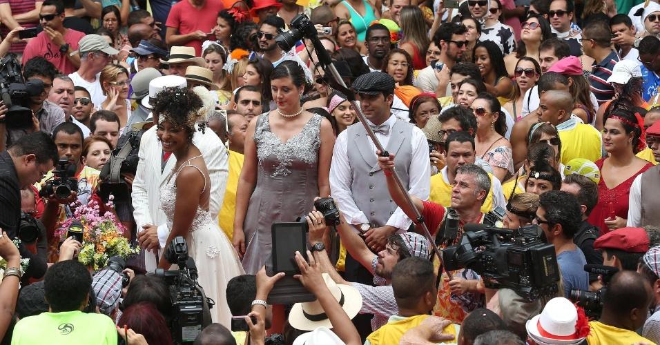 15.fev.2014 - Cerca de 2,5 mil pessoas acompanharam o casório, que teve direito a dez casais de padrinhos fantasiados. Um palco para a cerimônia foi montado na subida do Parque Guinlepara receber cerca de 200 convidados que estavam vestidos com o tema anos 20