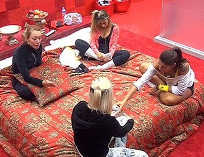 15.fev.2014 - Clara e Vanessa repassam conversa com Letícia para sisters
