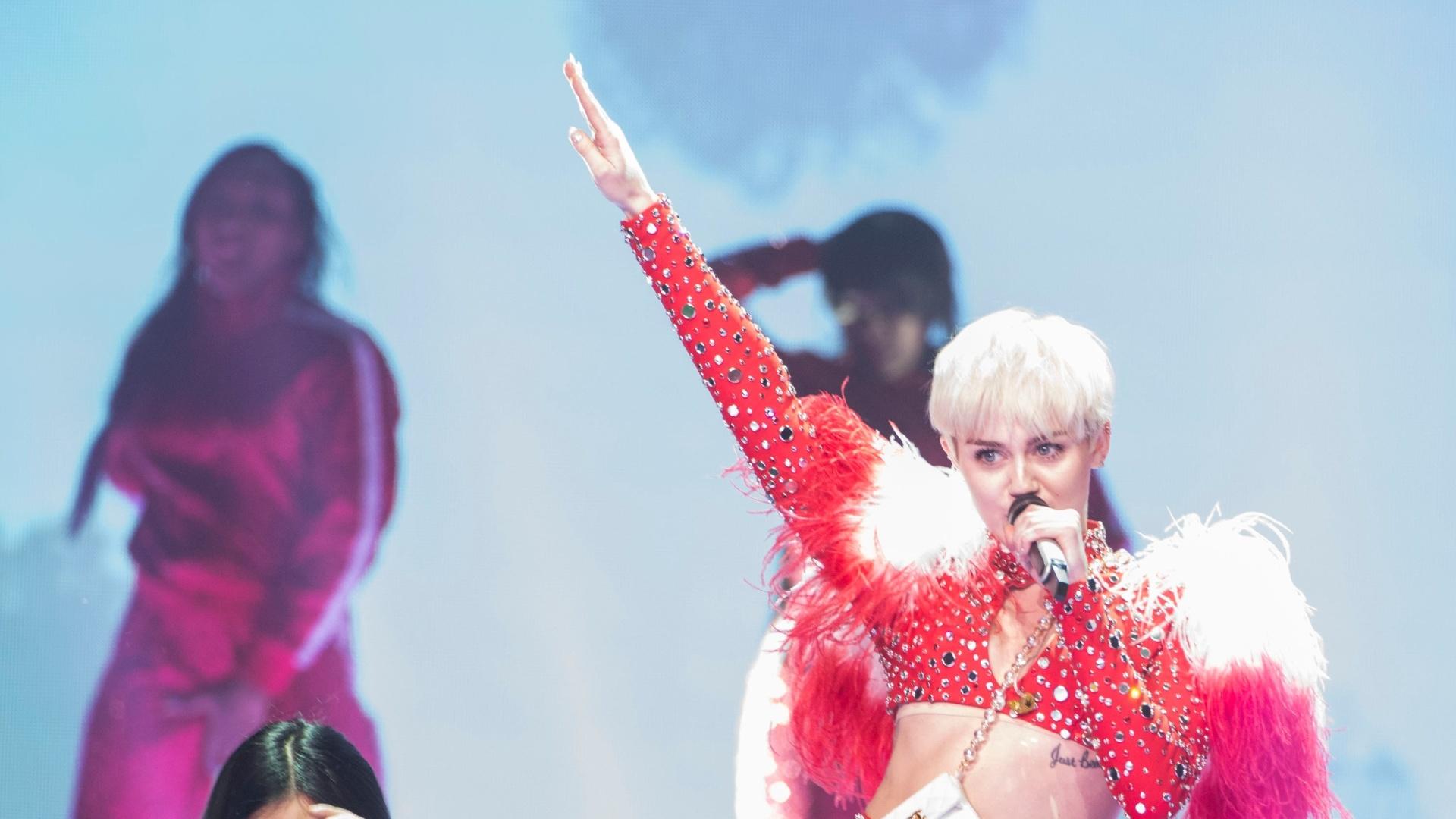 15.fev.2014 - Com bailarina anã Miley Cyrus estreia turnê