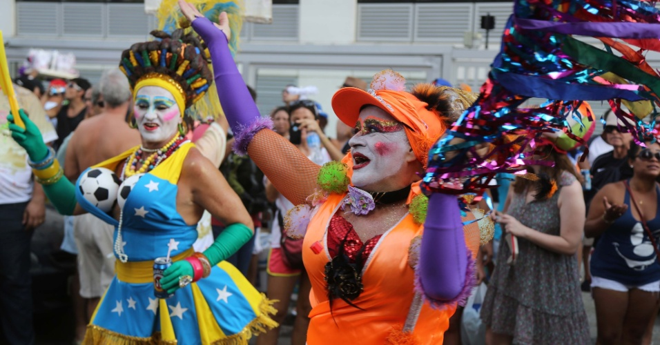 15.fev.2014 - Comemorando 50 carnavais, Banda de Ipanema realiza o primeiro desfile de 2014. O bloco criado em 1964 saiu pelas ruas do bairro da Zona Sul carioca, na tarde deste sábado (15). Uma multidão acompanhou a Banda de Ipanema, que é um dos blocos mais tradicionais do Rio