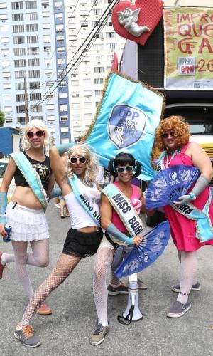 15.fev.2014 - Foliões se divertem no bloco