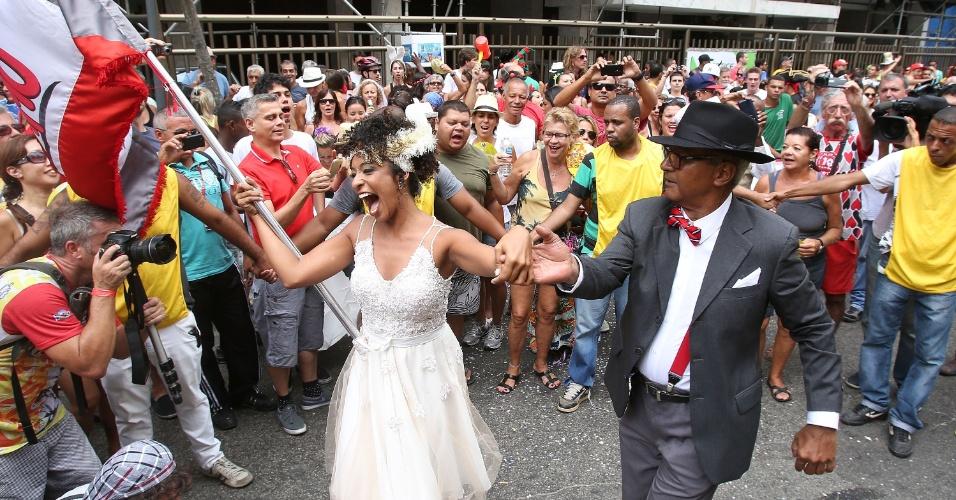 15.fev.2014 - Logo após o casamento, Aline encarou o desfile