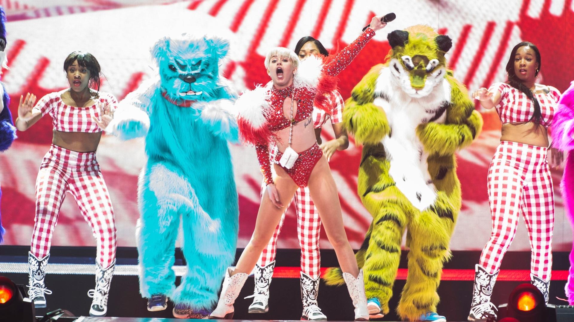 15.fev.2014 - Nova turnê da cantora Miley Cyrus também tem espaço para a fofura, com bailarinos vestidos de bichos de pelúcia