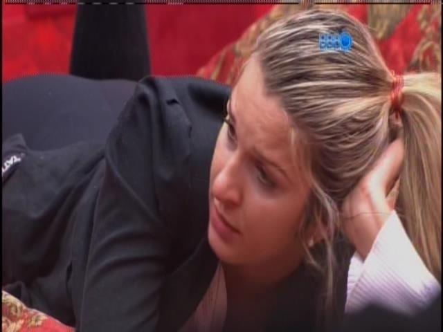 15.fev.2014 - Tatiele participa da conversa de Letícia, Clara e Vanessa