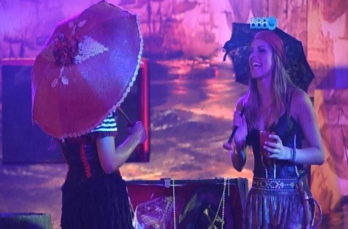 15.fev.2014 - Vestidos a caráter, brothers participam da Festa Pirata;