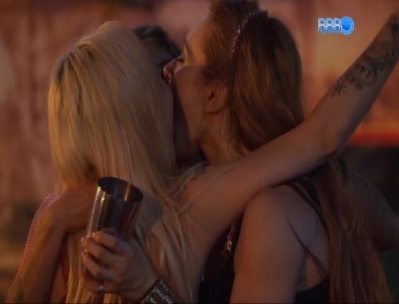 """16.fev.2014 - Aline, Vanessa e Clara dão beijo triplo durante Festa Pirata. """"Foi muito gostoso"""", diz a gaúcha."""