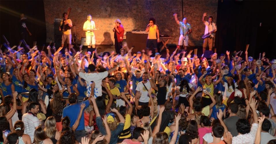 16.fev.2014 - Foliões se divertem no ensaio do bloco