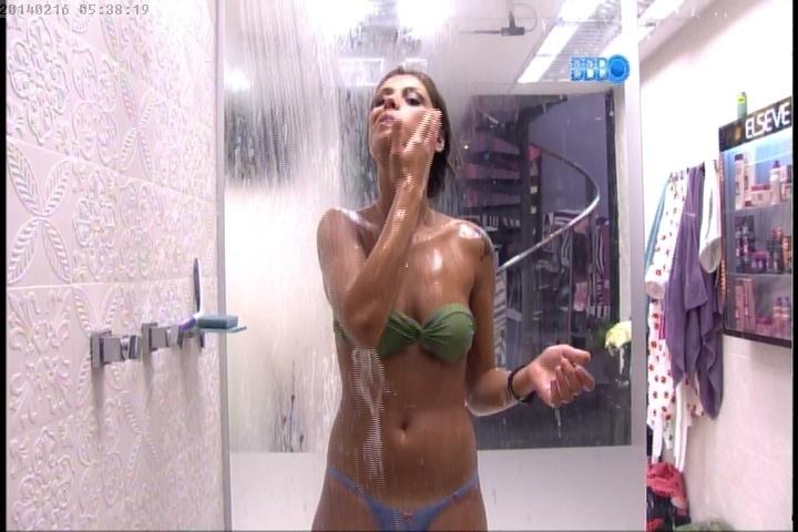 16.fev.2014 - Após noite agitada na Festa Pirata, Franciele toma banho antes de dormir