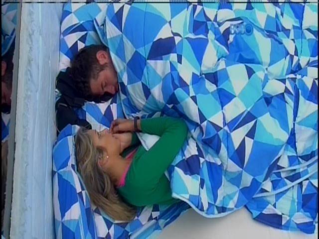 16.fev.2014 - Roni comenta com Tatiele derrota do grupo:
