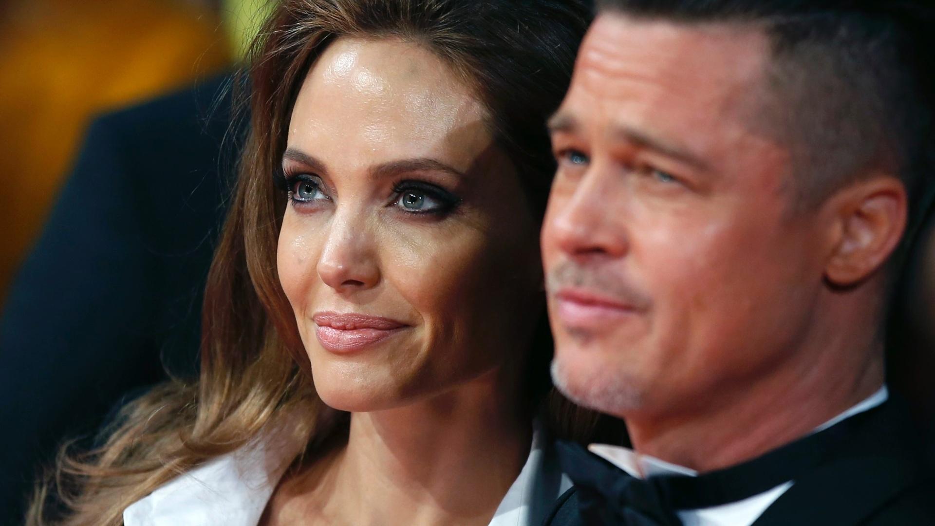 16.fev.2014 - Angelina Jolie e Brad Pitt no tapete vermelho do BAFTA 2014. A premiação acontece no Royal Opera House, em Londres, na noite deste domingo (16)