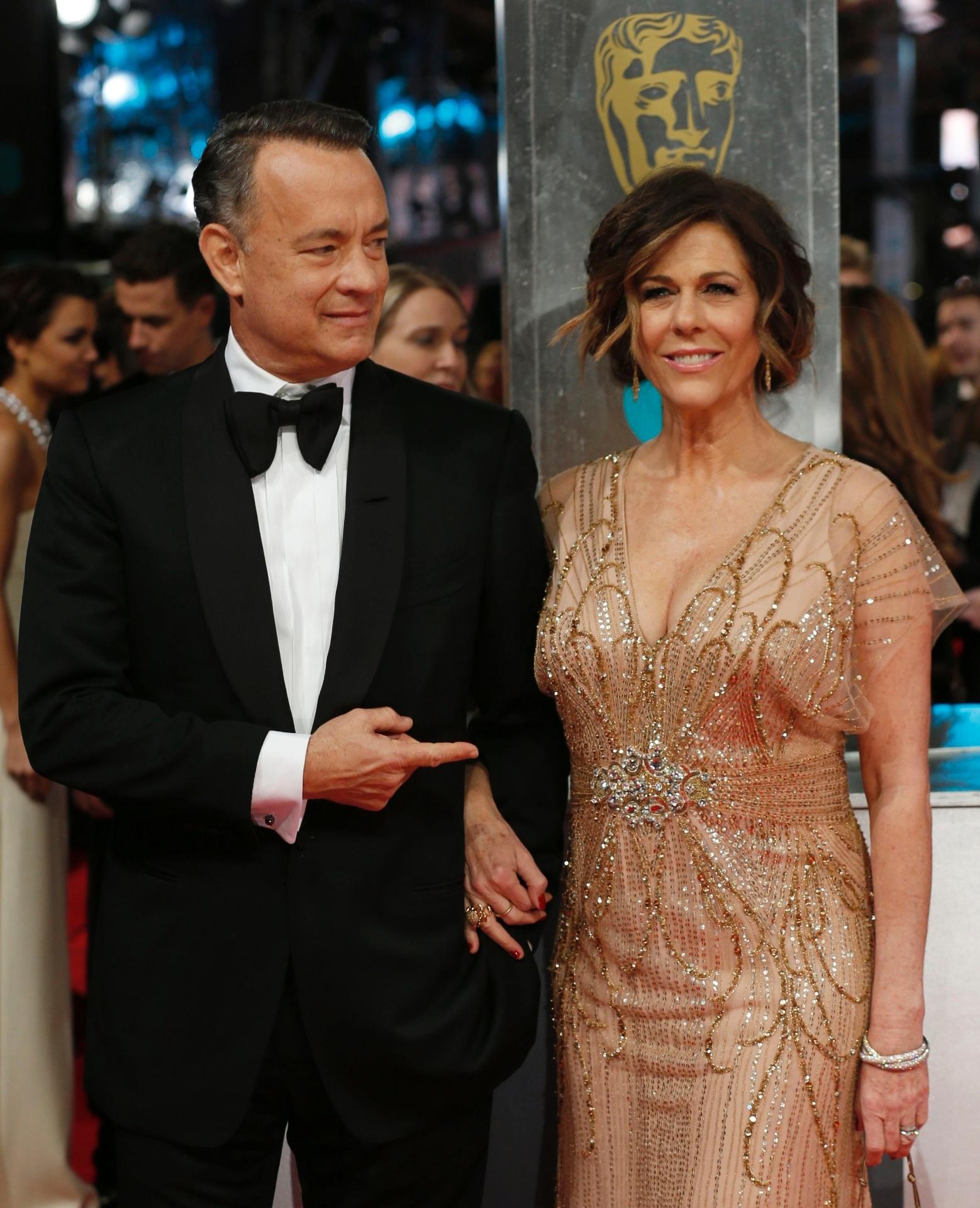 16.fev.2014 - Tom Hanks e Rita Wilson no tapete vermelho do BAFTA 2014. A premiação acontece no Royal Opera House, em Londres, na noite deste domingo (16)