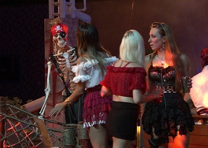 16.fev.2014 - Excluída da festa, Letícia 'conversa' com a caveira da decoração