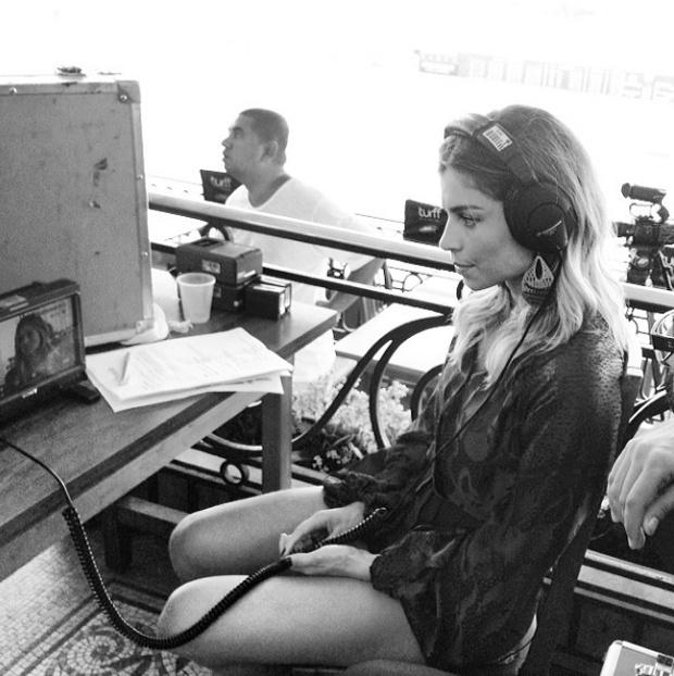 17.fev.2014 - Concentrada, Grazi avalia seu desempenho na gravação