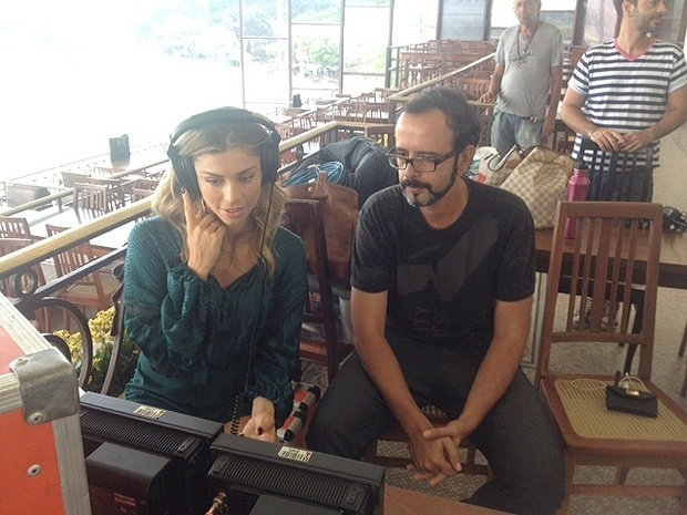 17.fev.2014 - Concentrada, Grazi avalia seu desempenho na gravação. As fotos foram publicadas no site do GNT