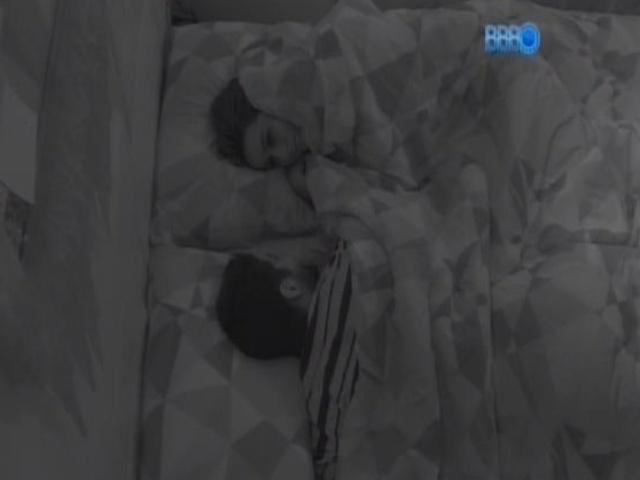 17.fev.2014 - Letícia e Marcelo conversam de madrugada