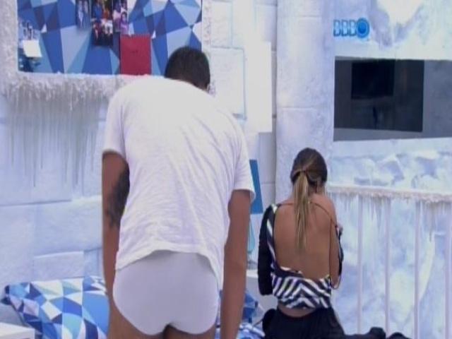 17.fev.2014 - Marcelo e Letícia trocam de roupa