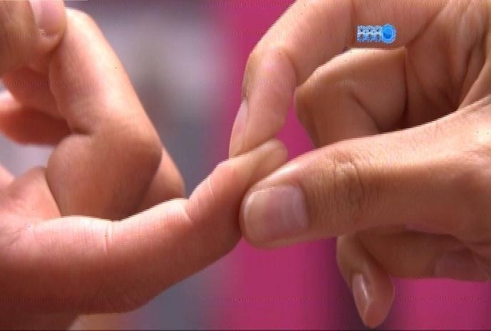17.fev.2014 - Na despensa, Letícia e Marcelo trocam carinhos; o curitibano pega cílio do rosto da sister e, segurando a ponta dedo, pede a ela que faça três pedidos