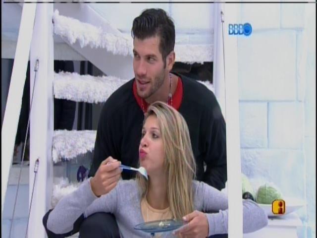 17.fev.2014 - Roni e Tatiele tomam café sentados na escada da Sibéria
