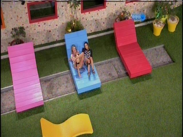 17.fev.2014 - Tatiele e Letícia conversam sobre o paredão