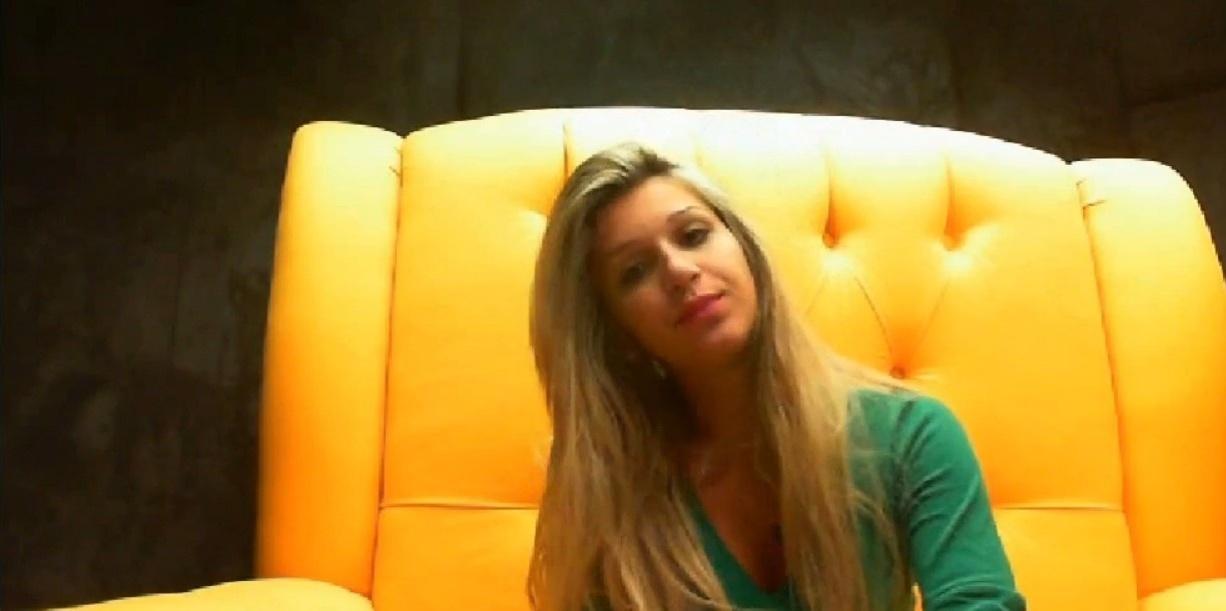 17.fev.2014 - Tatiele sai em defesa dos emparedados Letícia e Cássio