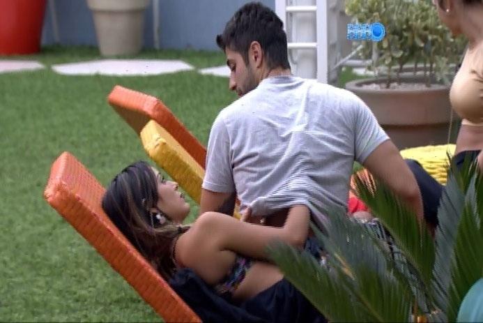 17.fev.2017 - A pedido, Letícia coça as costas de Marcelo; os dois trocam olhares e sorrisos