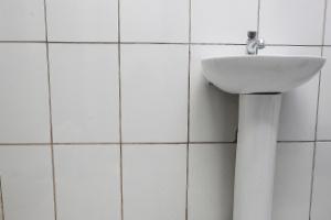 Aprenda a eliminar a sujeira acumulada dos rejuntes do banheiro - Reinaldo Canato/UOL
