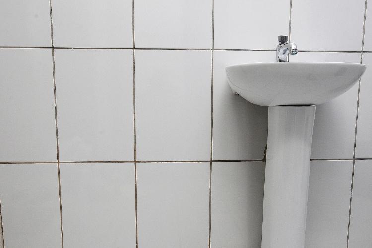 Limpar Banheiro Preto : Gabinete para banheiro azulejo branco com rejunte preto