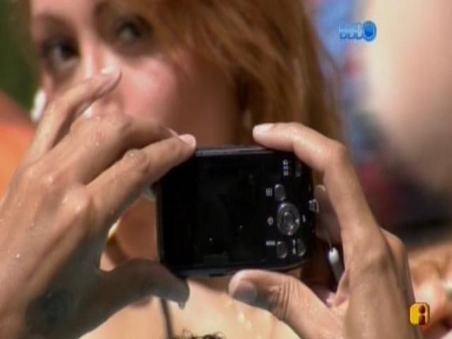 18.fev.2014 - Aline posa para câmera de Valter