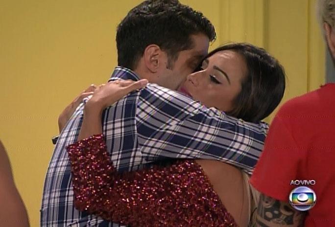 18.fev.2014 - Letícia se despede de Marcelo com forte abraço