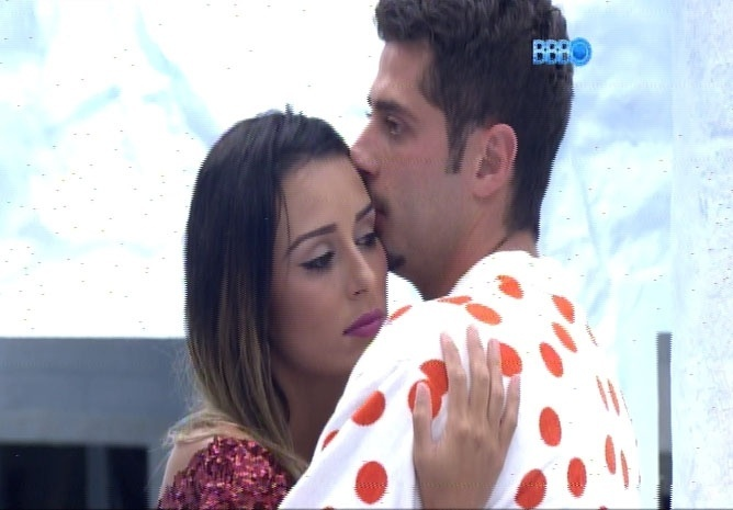 18.fev.2014 - Marcelo e Letícia trocam carícias na despensa