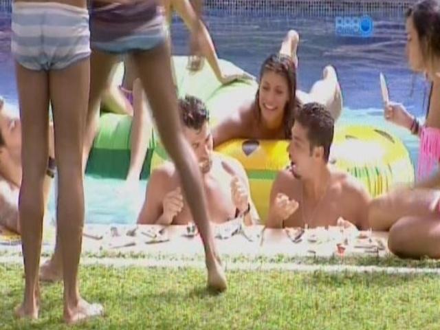 18.fev.2014 - Roni, Marcelo e Letícia disputam quem toma mais picolé