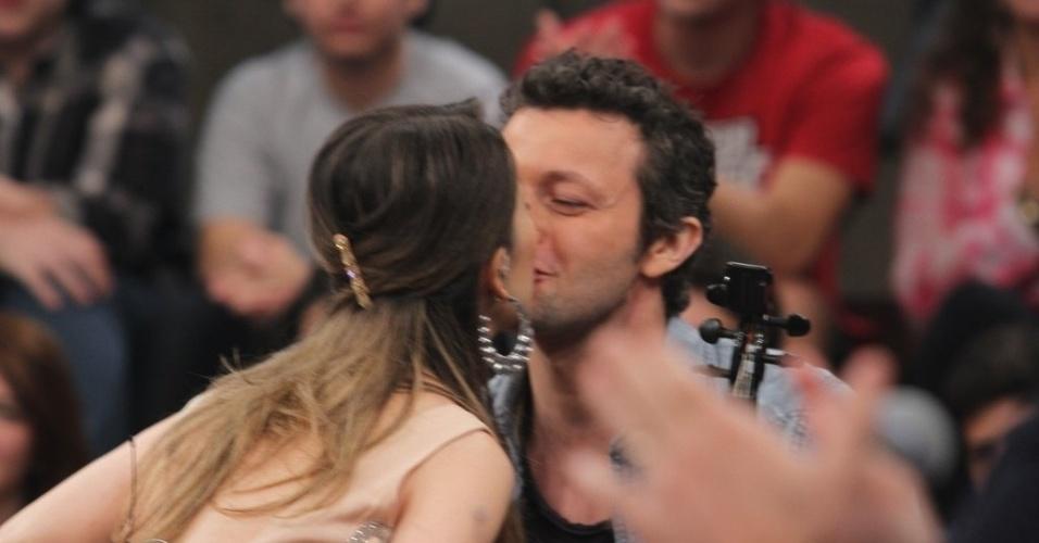 """18.Fev.2014 - Sandy beija o marido no palco do """"Altas Horas"""""""