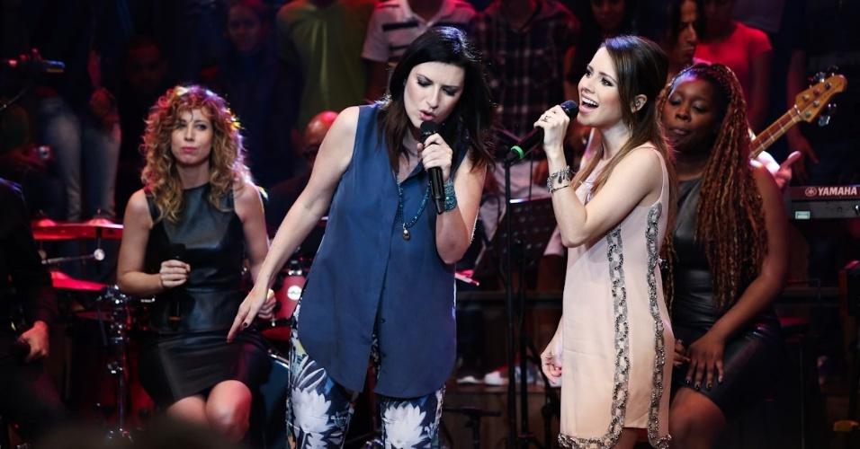 """18.fev.2014 - Sandy canta com Laura Pausini no """"Altas Horas"""". A brasileira sempre declarou ser fã da italiana"""