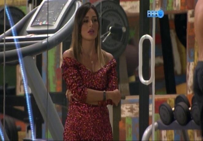 18.fev.2014 - Tatiele e Letícia se surpreendem ao perceber que têm o mesmo modelo de vestido.