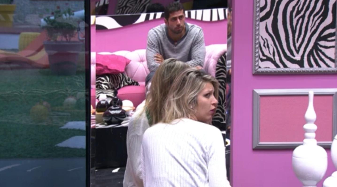 18.fev.2014 - Tatiele explica pra Franciele que o cabelo na escova não é dela
