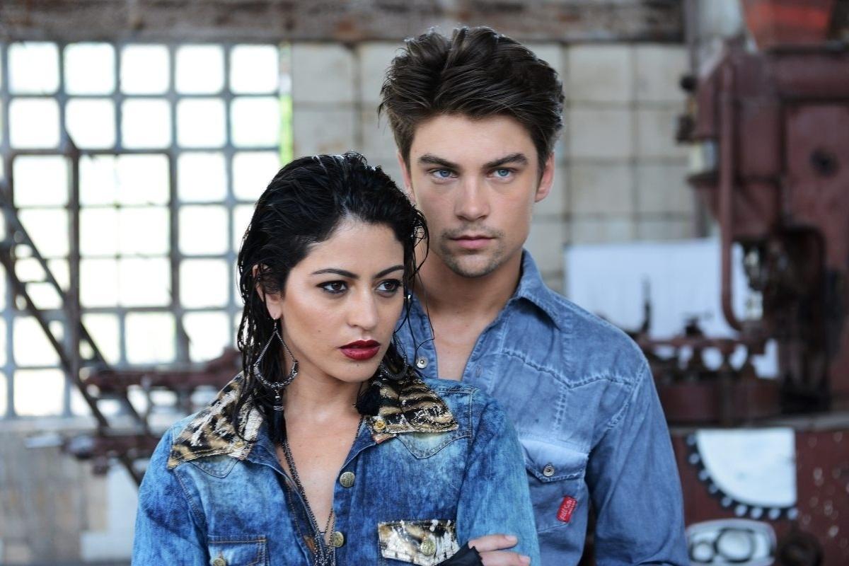 17.fev.2014 - Carol Castro e o marido, o modelo Raphael Sander, fizeram ensaio fotográfico para uma marca de jeans. As fotos foram feitas na antiga fábrica da Bhering, na zona portuária do Rio de Janeiro