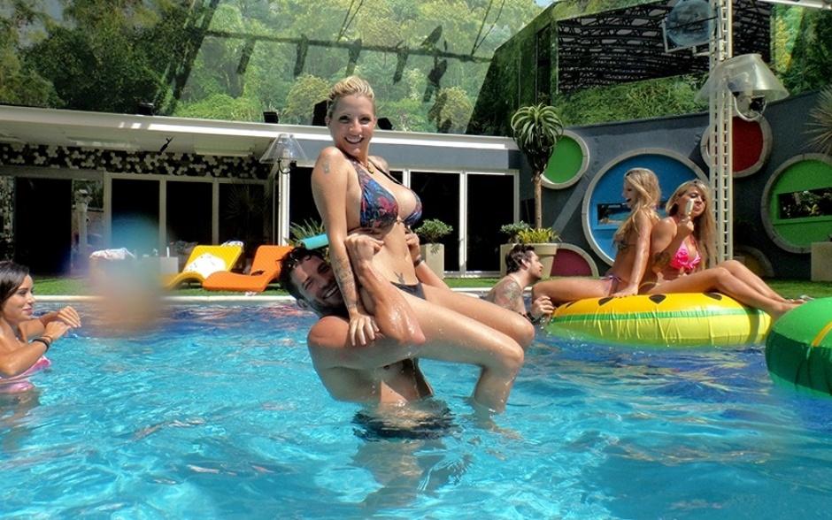 18.fev.2014 - Aula circense com Roni e Clara na piscina