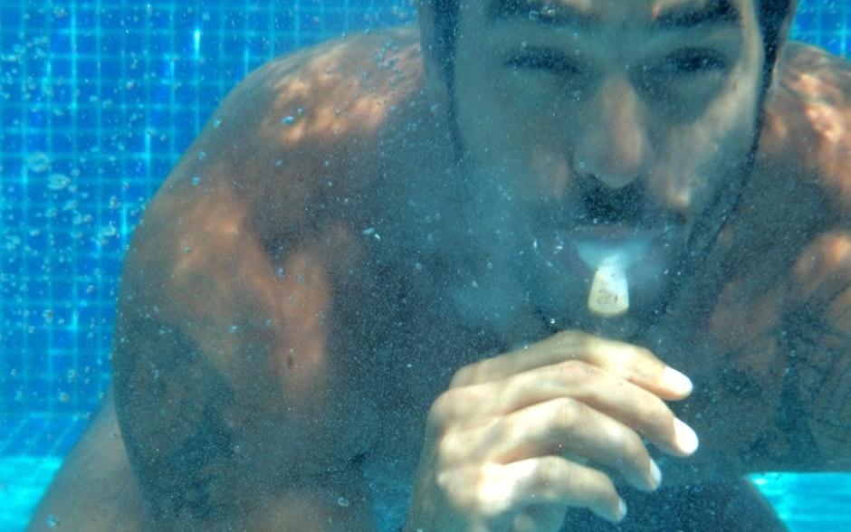 18.fev.2014 - Diego comprova que é possível tomar sorvete até debaixo d'água