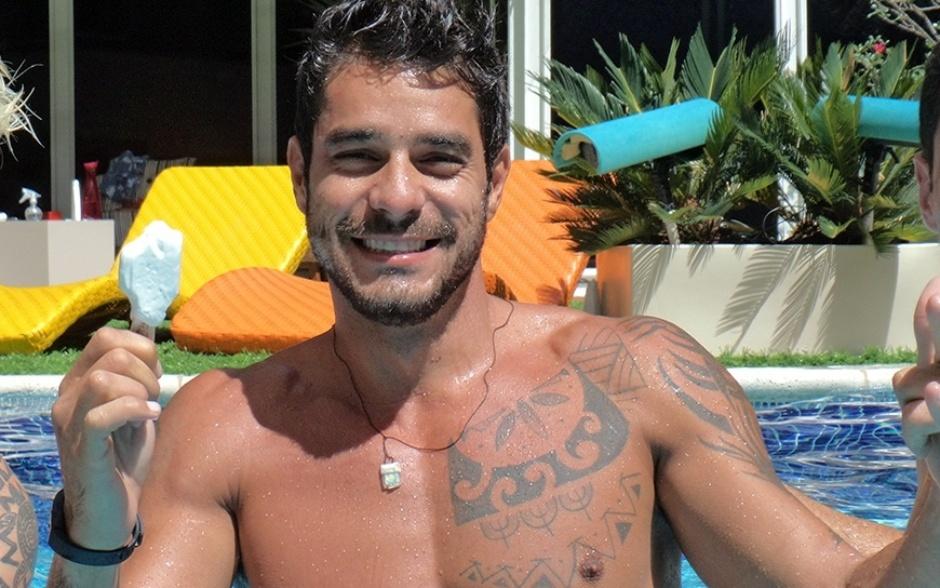 18.fev.2014 - Diego sorri com seu sorvete dentro da piscina