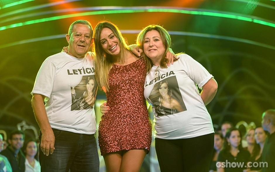 18.fev.2014 - Letícia é recepcionada por seus pais logo que sai pela porta do