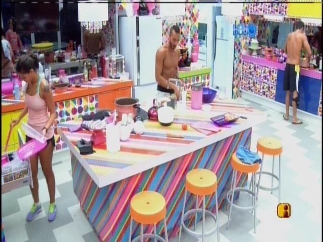 19.fev.2014 - Enquanto começam a cozinhar, Diego, Valter, Angela e Franciele se divertem cantando como