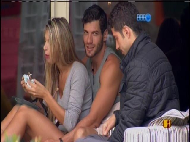 19.fev.2014 - Marcelo conversa com Roni e Tatiele e continua triste