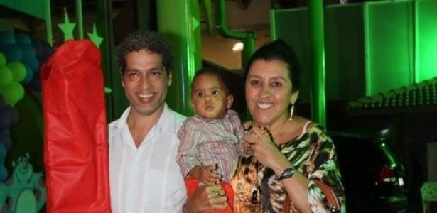 19.fev.2014 - Regina Casé e o marido, Estevão Ciavatta, prestigiaram o aniversário de Noah, neto de Zeca Pagodinho