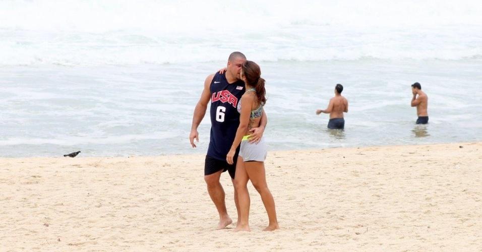 19.fev.2014 - Ronaldo corre na praia com a namorada, Paula Morais, na Praia do Leblon, no Rio de Janeiro