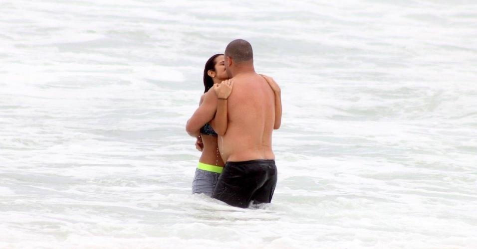 19.fev.2014 - Ronaldo corre na praia com a namorada, Paula Morais, na Praia do Leblon, no Rio de Janeiro, e aproveitam para dar um mergulho