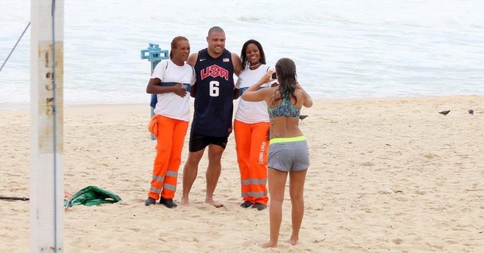 19.fev.2014 - Ronaldo tira foto com fãs na Praia do Leblon, na Zona Sul do Rio de Janeiro. Paula Morais, namorada do jogador é quem registra o momento