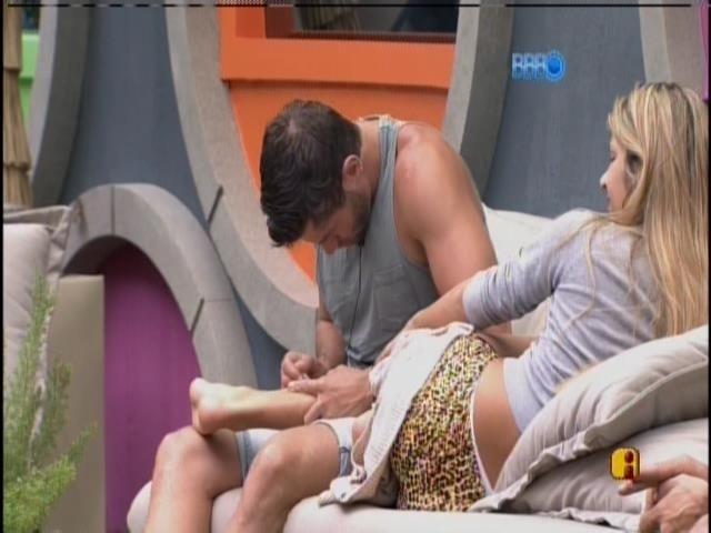 19.fev.2014 - Roni depila a perna de Tatiele com pinça