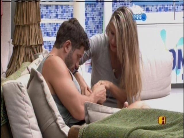 19.fev.2014 - Roni depilando o braço de Tatiele com pinça