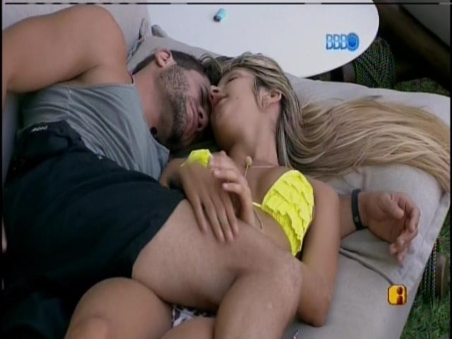 19.fev.2014 - Roni e Tatiele dormem na varanda